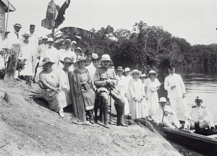 Tropenmuseum Royal Tropical Institute Objectnumber 60038552 Een gezelschap met gouverneur Van Hee