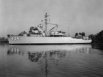 USS Embattle (AM-434) - Image: USS Embattle (MSO 434) underway c 1955