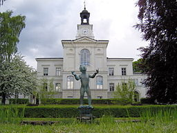 Den ældste del af Ulleråkers Sygehus med en skulptur af Astri Taube i forgrunden.
