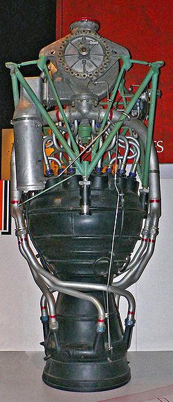 A V–2 hajtóműve. Felül a turbószivattyú, alatta balra a gázgenerátor látható. Alul megfigyelhetők a tüzelőanyagot szállító csövek, amelyek az alkohol–víz keveréket a kettős falú fúvócsőbe vezették.