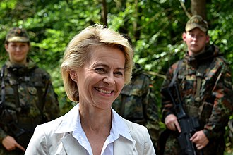 Ursula von der Leyen - Von der Leyen with German soldiers during a visit to the Field Marshal Rommel Barracks, Augustdorf (2014)