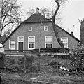 Voorgevel met wolfdak, voordeur met levensboom in bovenlicht, ramen met roedenverdeling - Staphorst - 20400872 - RCE.jpg