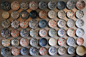 Swatow ware - Wall of dishes in the Princessehof Ceramics Museum; spot the repeated designs – there are at least three.  Key: Top left = A1; bottom right = F9