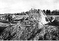 Walki w Kurlandii. Stanowisko artyleryjskie w stogu słomy (2-1970).jpg
