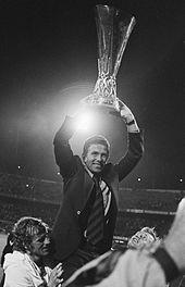 Wiel Coerver, tecnico del Feyenoord, solleva il trofeo vinto nel 1973-1974.