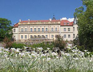 """Schloss Wiesenburg mit dem """"Parterre"""" genannten Teil des Schlossparks"""