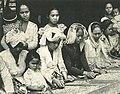 Women sorting through harvest, Wanita di Indonesia p89 (Stoomvart mij Nederland).jpg