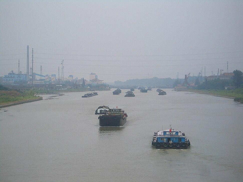 Yangzhou-Modern-Grand-Canal-boats-3353.JPG
