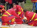ZZS MSK, záchranáři, zajištění krční páteře a transport na scoop rámu (08).jpg