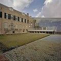 Zicht op de nieuwbouw en op gedeelte achtergevel van de oudbouw, gezien vanuit de tuin - Middelburg - 20374456 - RCE.jpg