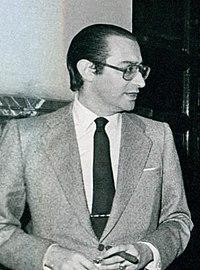 (Lamo) Leopoldo Calvo Sotelo junto con varios miembros de su gabinete y el diputado José María de Areilza en los pasillos del Congreso de los Diputados (cropped).jpeg