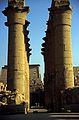 Ägypten 1999 (251) Tempel von Luxor- Säulenkolonnade und Pylone (28005880200).jpg