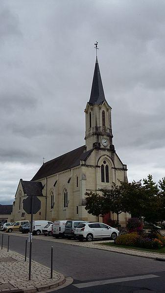 Église et place de l'église à Avoine (Indre-et-Loire).