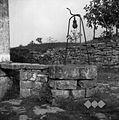"""Šterna (vodnjak) s """"p?ranko"""" (škripcem) z železno kačo (na kadeni je štenjak), Dekani 1949.jpg"""