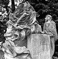 20030708220DR Hohenzieritz Schloßpark Trauerskulptur.jpg