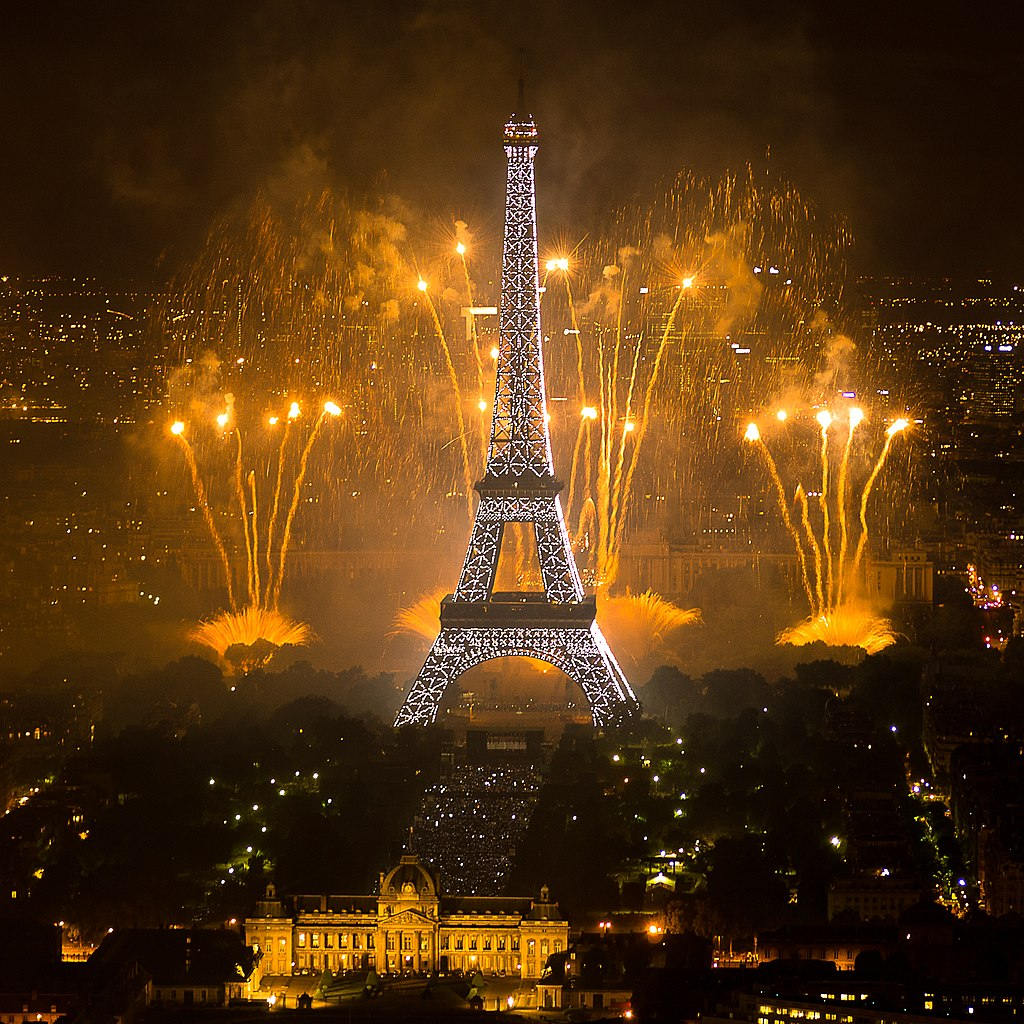 2011 Fireworks on Eiffel Tower 01