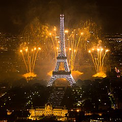 2011 Fireworks on Eiffel Tower 01.jpg