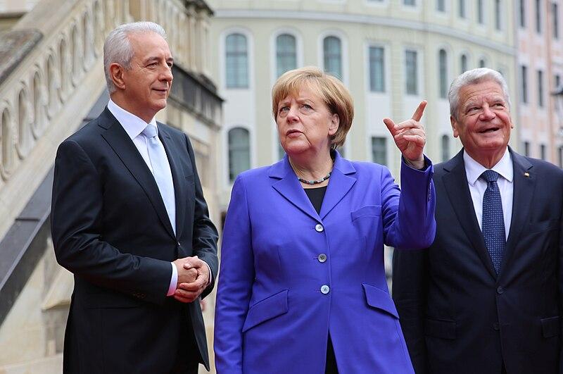 Datei:2016-10-03 Stanislaw Tillich, Angela Merkel, Joachim Gauck (Tag der Deutschen Einheit 2016 in Dresden) by Sandro Halank.jpg