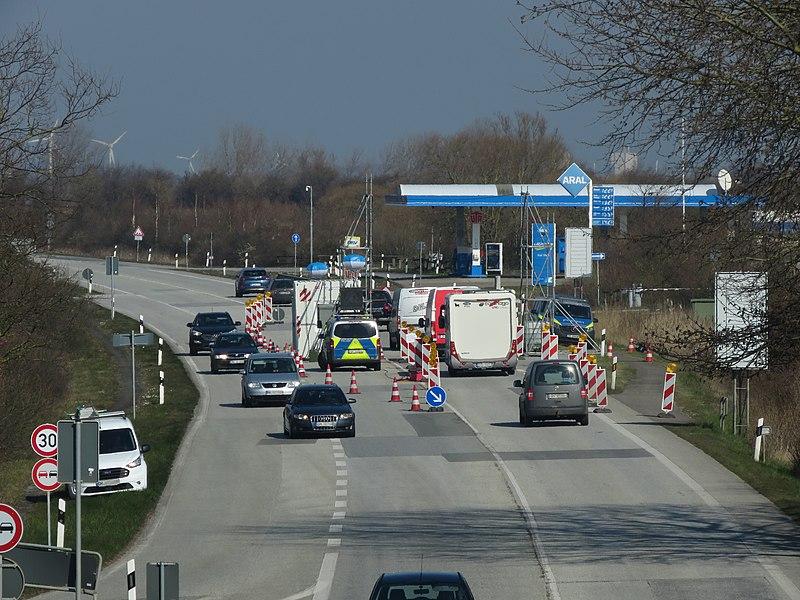 File:2020-03-27-Polizeikontrollstelle Groszenbrode COVID-19.jpg