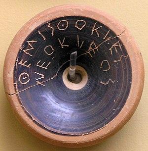 Ostracon que contiene el nombre de Thémistocle, hacia 490-480. Museo del Ágora antigua de Atenas