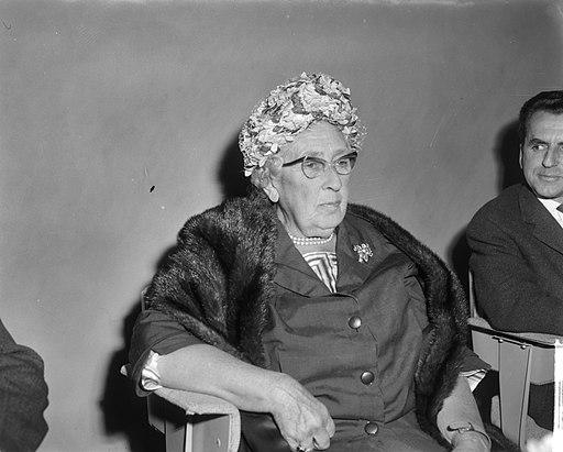 Agatha Christie in Nederland (detectiveschrijfster), bij aankomst op Schiphol me, Bestanddeelnr 916-8898