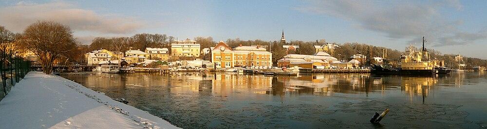 Albergets vestlige del i januar 2010 set fra Beckholmen.   Til venstre er Beckholmssundet og broen over til Beckholmen.   I midten Rosenvik med Sjöfartsverkets anlæg med Fyrbyggaren (venstre) og Baltica ved kaj.   Længst til højre er Oakhill og Russerviken.