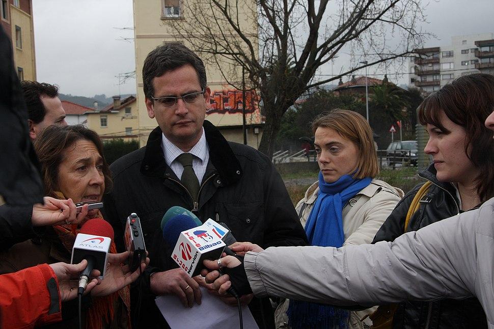 Antonio Basagoiti en una visita a Algorta durante la precampanya de las elecciones vascas de 2009