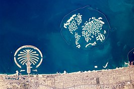 Satellietfoto van The World (januari 2010) met links op de foto Palm Jumeirah