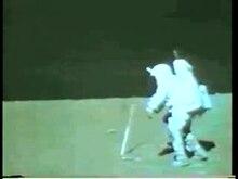Fichier: L'astronaute Charles Duke avec un marteau sur la surface lunaire - pone.0006614.s003.ogv