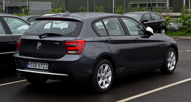 File:BMW 116i Urban Line (F20) – Heckansicht, 5. Mai 2012 ...