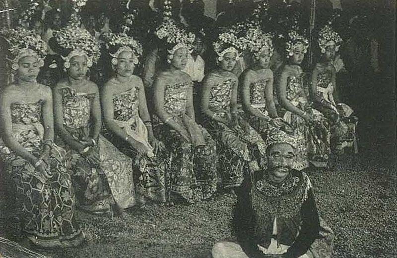 File:Balinese dancer 4, Wanita di Indonesia p112 (Kon Luchtvaart Mij).jpg