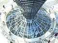 Berlin Reichstagskuppel,Spiegel + Plenarsaal von oben.jpg