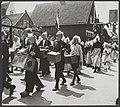 Bevrijdingsfeest in Volendam. Een koektrommelband trekt door Volendamse straten, Bestanddeelnr 32013 046.jpg