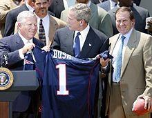Kraft (a sinistra) e Bill Belichick (a destra) con il Presidente George W. Bush durante la visita alla Casa Bianca in seguito alla vittoria nel Super Bowl XXXVIII.