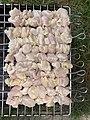 Brochettes de poulet mariné en début de cuisson au barbecue (avril 2020).jpg