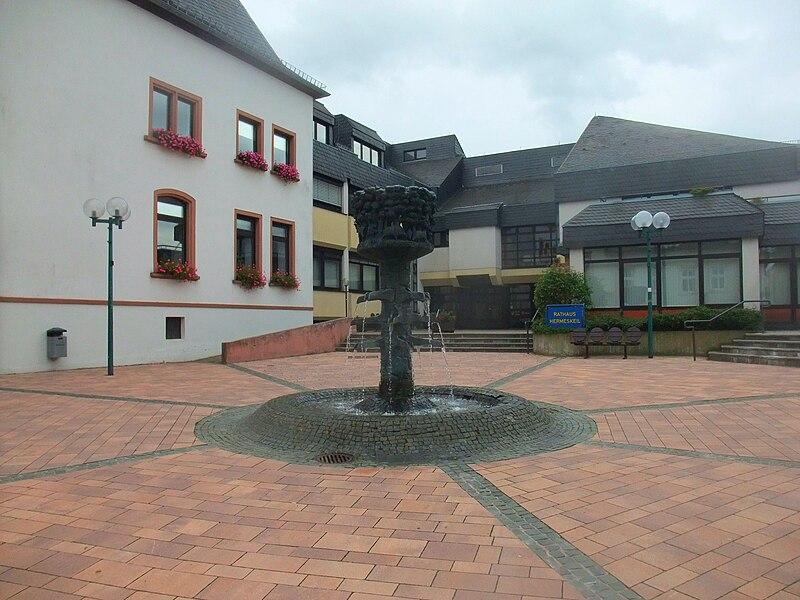 File:Brunnen Rathaus Hermeskeil.jpg