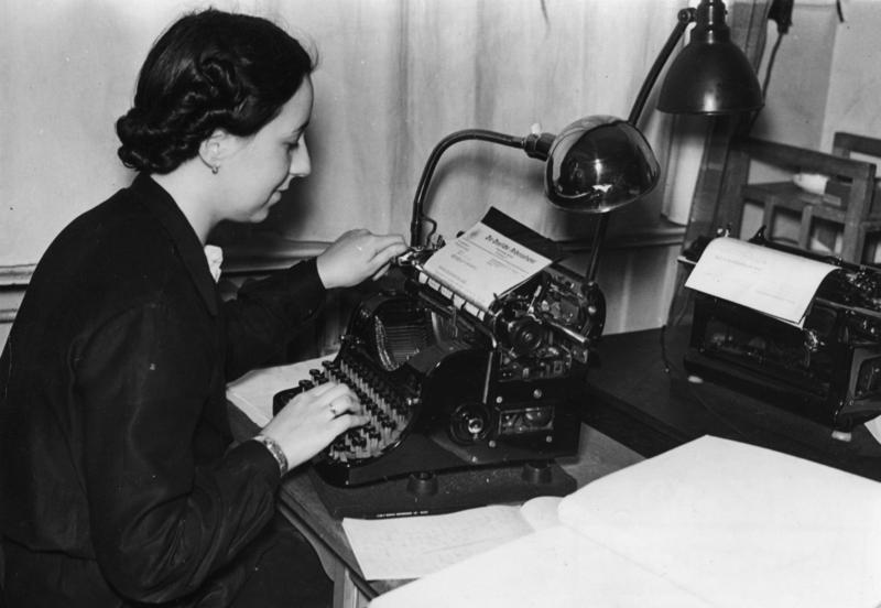 Bundesarchiv Bild 183-H02370, Sekretärin an Schreibmaschine