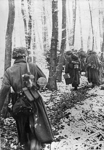 Bundesarchiv Bild 183-J28510, Ardennenoffensive, deutsche Infanterie geht im Wald vor.