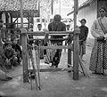 COLLECTIE TROPENMUSEUM 'Demonstratie houtbewerking het draaien van wandelstokken Nanggoelan' TMnr 10014337.jpg