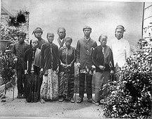 Suriname-Abolition of slavery-COLLECTIE TROPENMUSEUM Suriname immigranten afkomstig uit Nederlands-Indië de vrouw rechts draagt een peniti tak broche TMnr 60008927