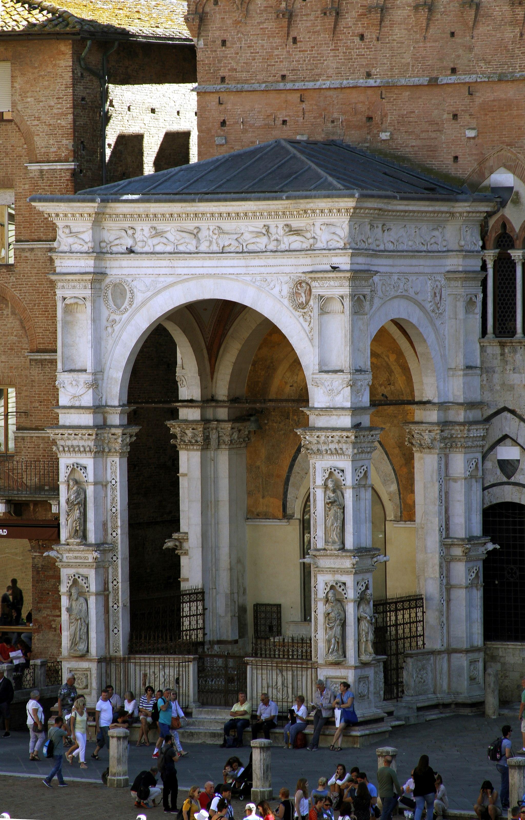 Cappella di Piazza, Piazza del Campo, alla base della TorredelMangi