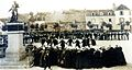 Carhaix 57 Danse après le grand marché sur la place du Champ de Bataille peu après 1900.jpg