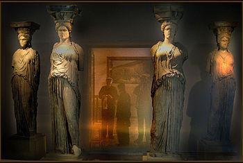 Cariátides originales del Erecteión, expuestas en el Museo de la Acrópolis de Atenas, protegidas por un cristal