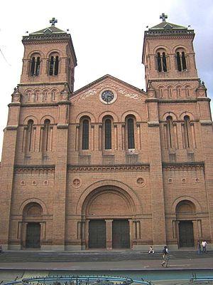 Architecture of Colombia - Image: Catedral Metropolitana de Medellin Fachada Principal