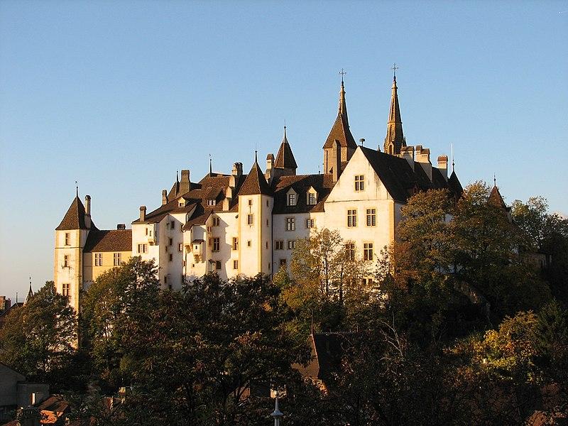File:Château de Neuchâtel en automne.jpg