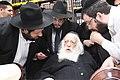 Chaim Kanievsky הרב יונתן שטנצל שואל שאלה את הגאון רבי חיים קנייבסקי.JPG