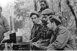 Kısa dalga radyo dinlerken. Oturanlar: (soldan başlayarak) Rogelio Oliva, José María Martínez Tamayo (Kongo'da