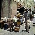 Collectie Nationaal Museum van Wereldculturen TM-20029826 Marktbezoekers op de drijvende markt Willemstad Boy Lawson (Fotograaf).jpg