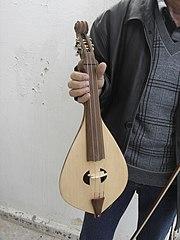 Κρητική λύρα κατασκευασμένη από τον Νικόλαο Νωδαράκη, στον Άγιο Βασίλειο Βιάννου, από ξύλο μαύρης μουριάς.