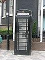 Czarna budka telefoniczna w Londynie; black London phone box.JPG